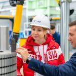 Компания КОНАР поддерживает чемпионку мира из Челябинска на протяжении 10 лет. Ольга Фаткулина — многократная чемпионка России в различных дисциплинах, в том числе — четырехкратная чемпионка страны в спринтерском многоборье. В 2013 году она стала чемпионкой мира на дистанции 1000 метров, а в 2014 году она завоевала серебряную медаль на Олимпийских играх в Сочи. Ольга говорит, что все эти победы стали возможны во многом благодаря поддержке КОНАРа — постоянной, стабильной, придающей уверенность в завтрашнем дне. Эта поддержка не только материальная, но и дружеская. А как говорится, друзья познаются в беде. Допинговый скандал стал серьезным испытанием воли молодой девушки. — Когда мне сказали, что у меня могут забрать олимпийскую медаль, было невероятно сложно и обидно! Хотелось повесить коньки на гвоздь и ждать, пока меня оправдают. В тот момент мои друзья из КОНАРа стали единственной поддержкой и стимулом не сдаваться. Александр Бондаренко, директор компании «КОНАР» по общим вопросам, сказал мне: «Почему ты из-за ложных обвинений должна уходить из спорта? Это не вариант!». И хоть сначала у меня не было ни сил, ни желания двигаться дальше, я пересмотрела свои приоритеты и решила подготовиться к чемпионату мира по многоборью. Сама, по своему плану. Я готовилась полтора месяца и заняла третье место. Это для меня очень много значило, я снова поверила в себя и еще год самостоятельно готовилась, обновила рекорд России, — рассказывает Ольга. — Мы сотрудничаем с КОНАРом уже 10 лет, компания поддерживает меня, и это круто, когда есть такой спонсор, очень известное предприятие. У нас за это время сложились теплые и дружеские отношения. За 10 лет этой дружбы изменился и КОНАР. Раньше это было небольшое предприятие, а сегодня — целый машиностроительный холдинг, промышленная группа, основные производственные мощности которой расположены уже не в Тракторозаводском районе Челябинска, а в индустриальном парке «Станкомаш». Ольга Фаткулина с большим интересом посетила механообрабатыва